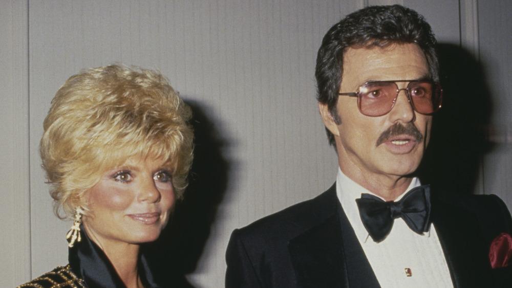 Loni Anderson y Burt Reynolds posando juntos