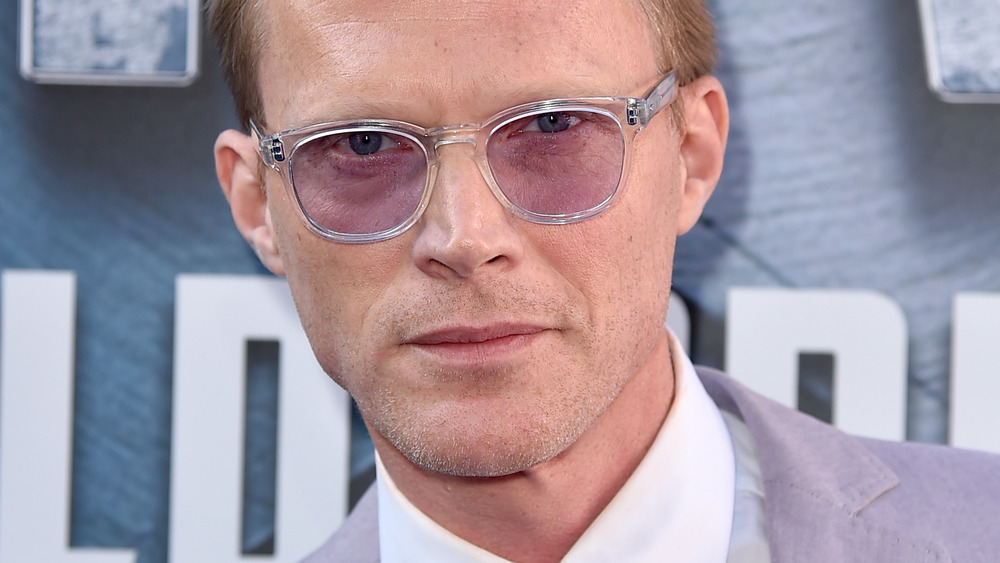 Paul Bettany luciendo intenso