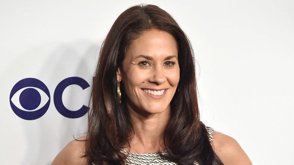 Tracy Wolfson de ESPN sonriendo en la alfombra roja