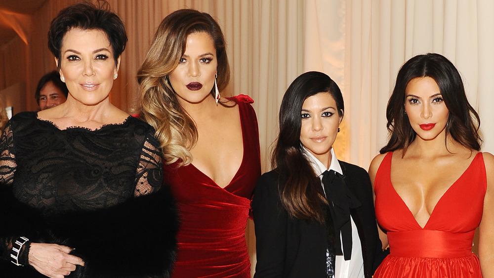 Kris Jenner, Khloe Kardashian, Kourtney Kardashian y Kim Kardashian posando juntas