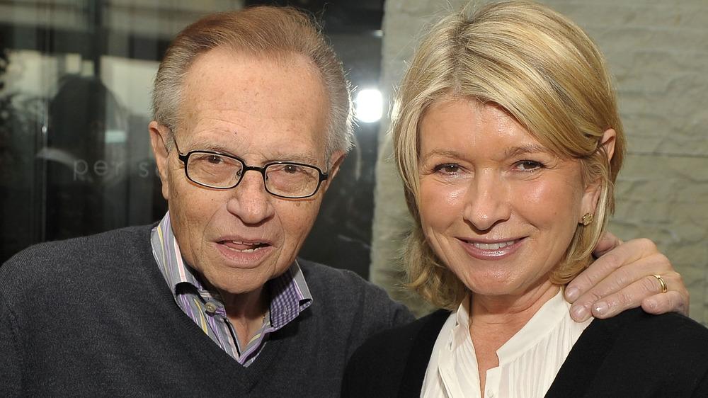Larry King y Martha Stewart posando juntos