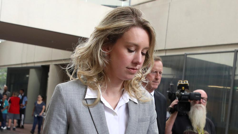 Elizabeth Holmes fuera del palacio de justicia