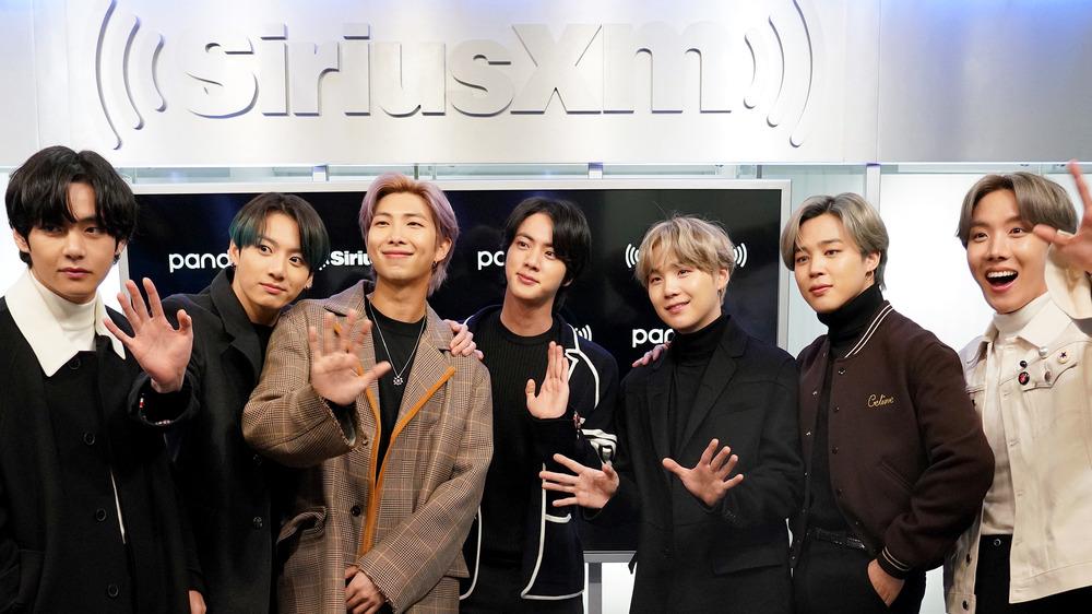 La sensación del K-pop BTS saludando a la cámara