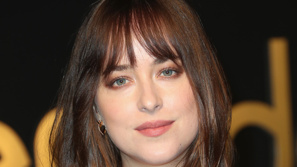 Dakota Johnson mirando