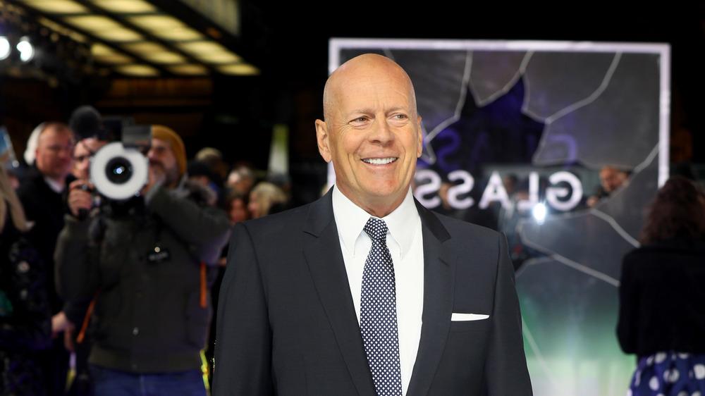 Bruce Willis sonríe en la alfombra roja