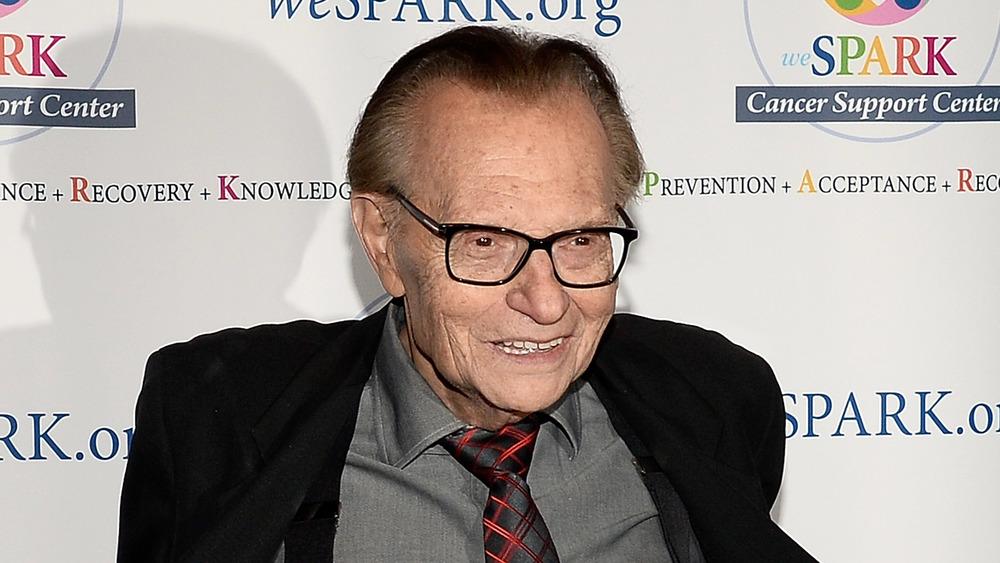 Larry King sonriendo en traje