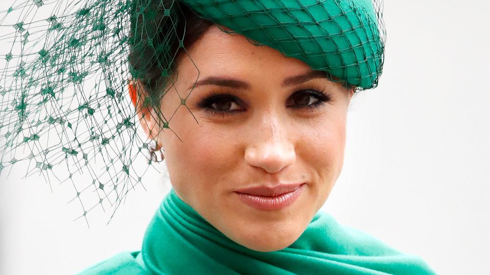 Meghan Markle, la duquesa de Sussex, sonriente y vestida de verde esmeralda