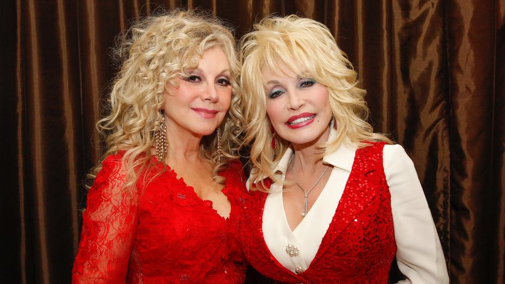 Dolly Parton y Stella Parton posando