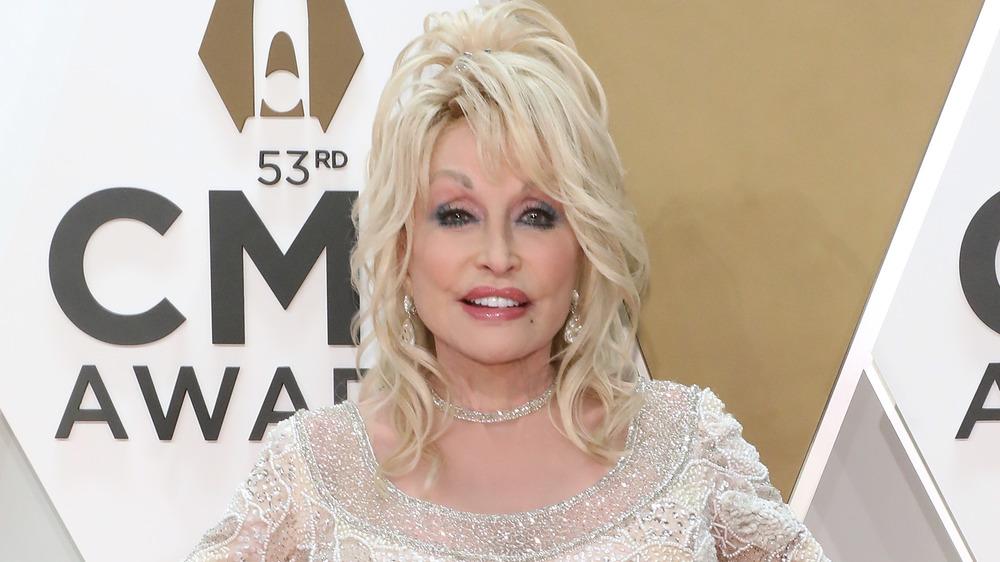 Dolly Parton posando en la alfombra roja