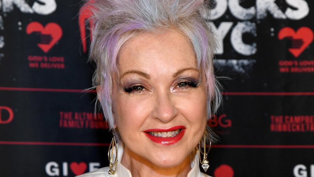Cyndi Lauper sonriendo