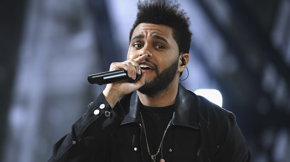 The Weeknd actuando en el escenario de un concierto