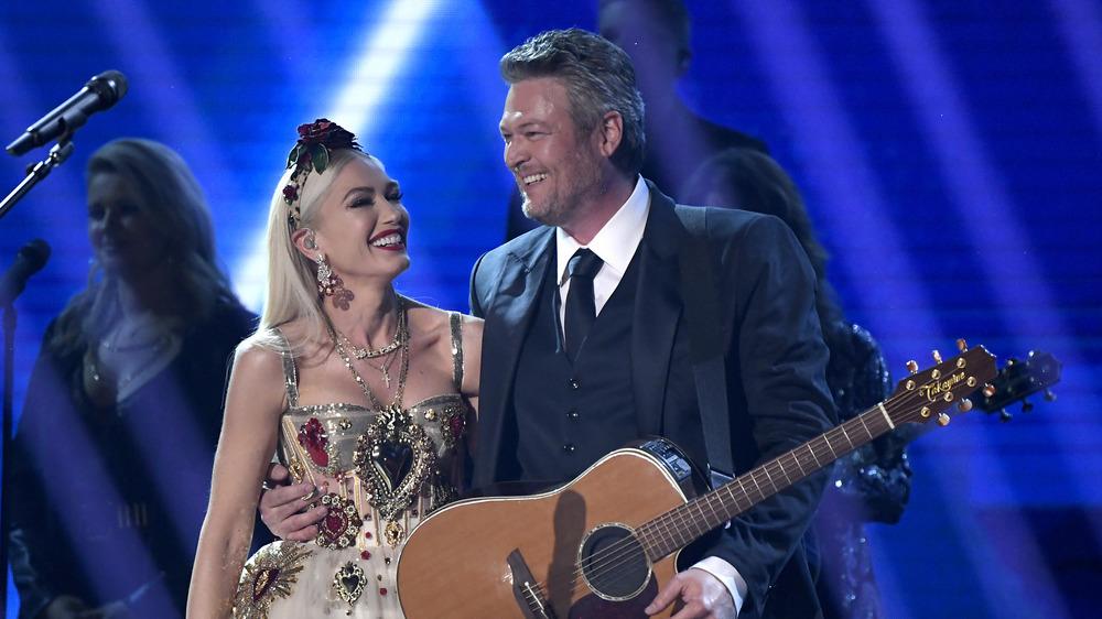 Gwen Stefani y Blake Shelton sonriendo en el escenario