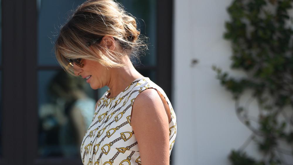 Gafas de sol Melania Trump mirando hacia abajo