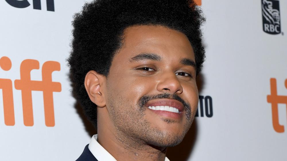 The Weeknd sonriendo