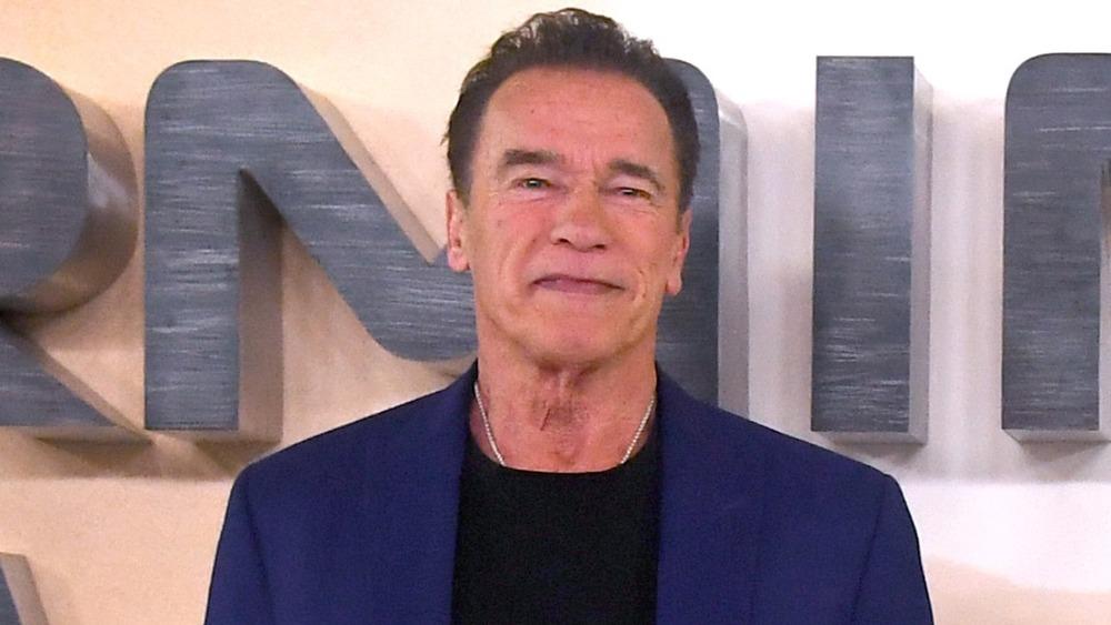 Arnold Schwarzenegger posando
