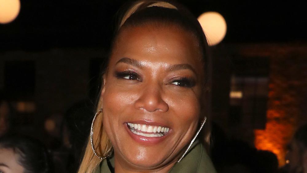 Queen Latifah sonriendo mirando a su izquierda