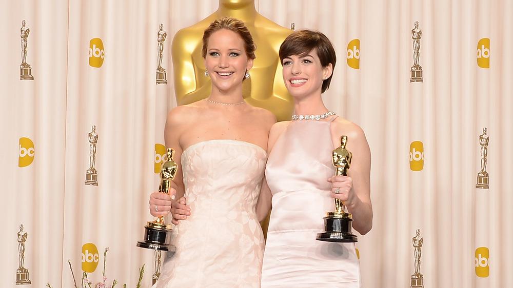 Jennifer Lawrence y Anne Hathaway posan con sus premios en los Oscar 2013