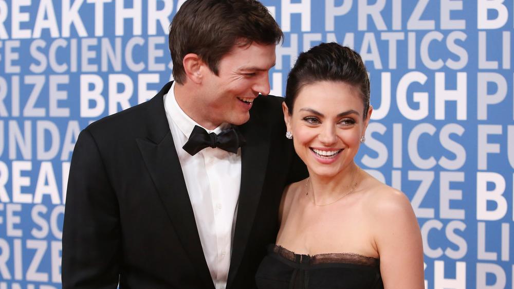 Mila Kunis y Ashton Kutcher en la alfombra roja