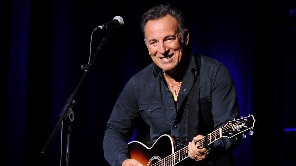 Bruce Springsteen tocando con guitarra