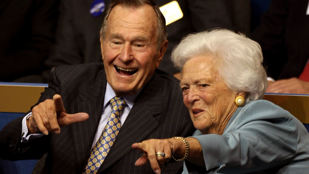 George HW y Barbara Bush señalando