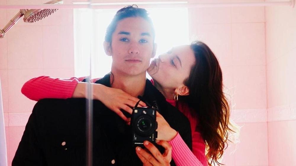Booboo Stewart y Valentina Cy tomándose una selfie