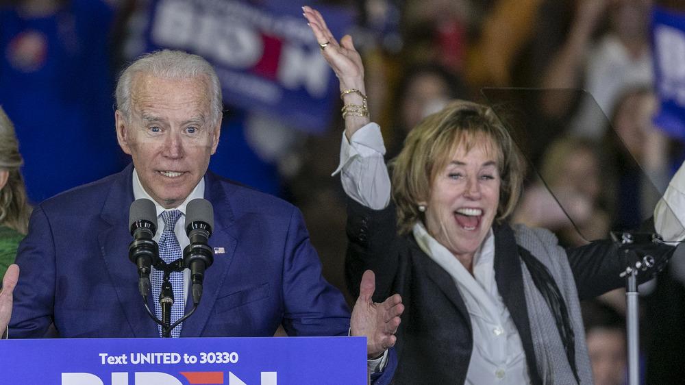 Valerie Biden Owens aplaude en el escenario con Joe Biden