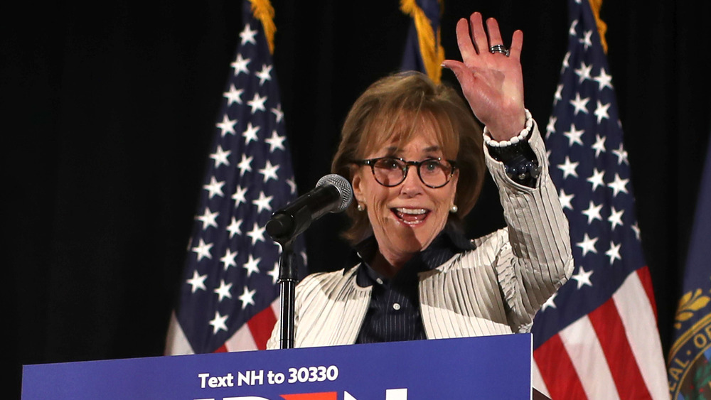 Valerie Biden Owens saludando