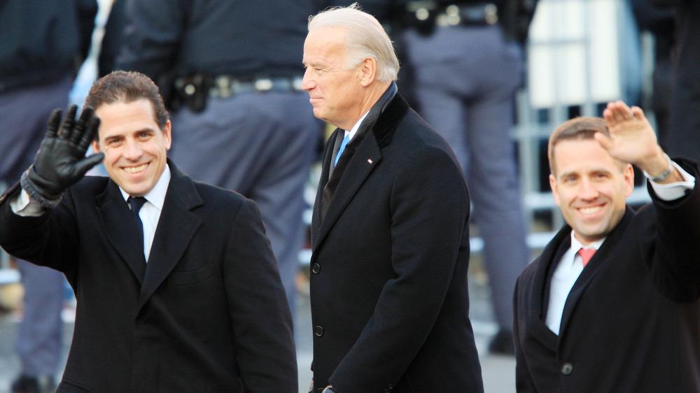 Joe Biden y sus hijos Hunter y Beau Biden caminando y saludando