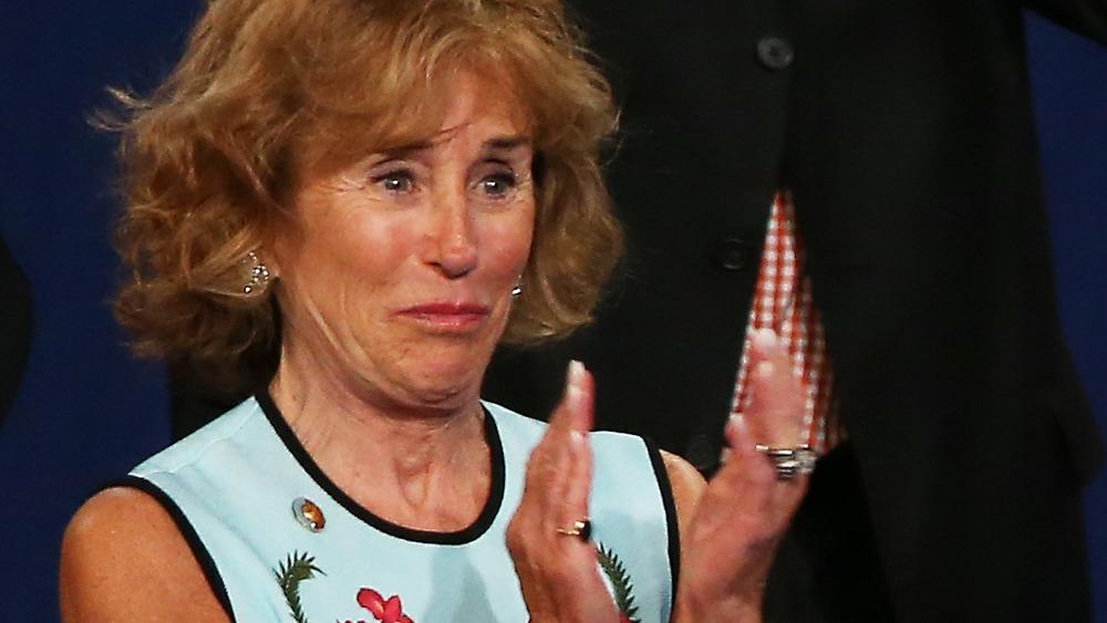 Valerie Biden Owens con los ojos llorosos y aplaudiendo