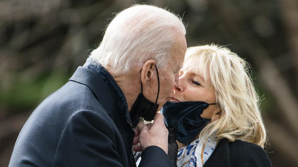 Joe Biden besa a Jill Biden