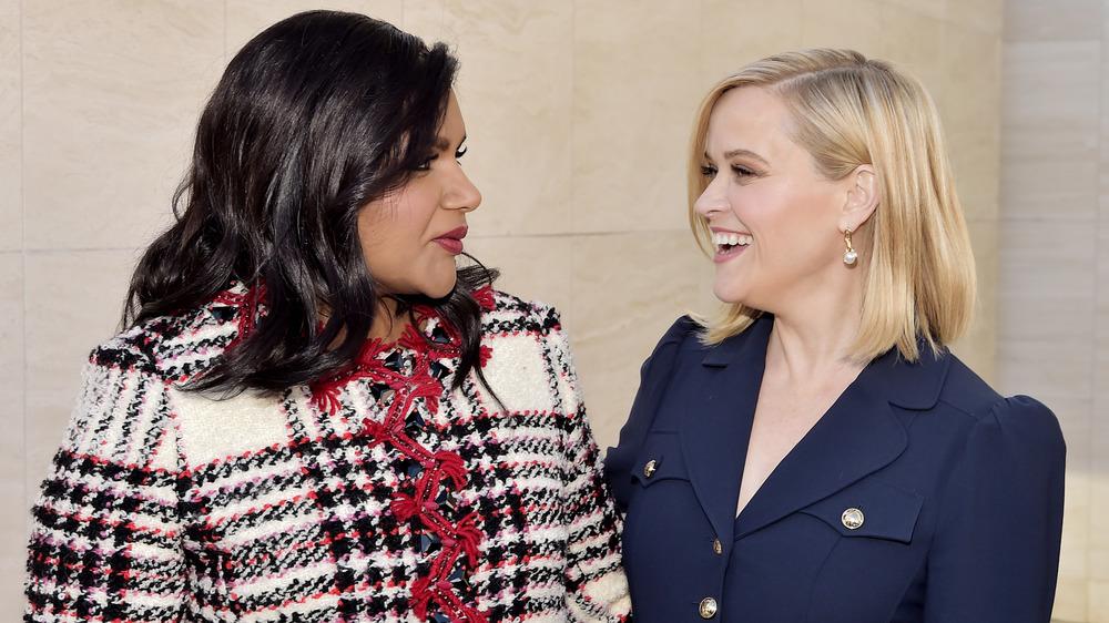Mindy Kaling y Reese Witherspoon posando abrazados