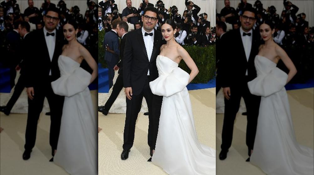 Emmy Rossum y Sam Esmail en la Met Gala