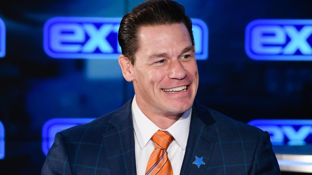 """John Cena visita los estudios """"Extra"""" en 2020"""
