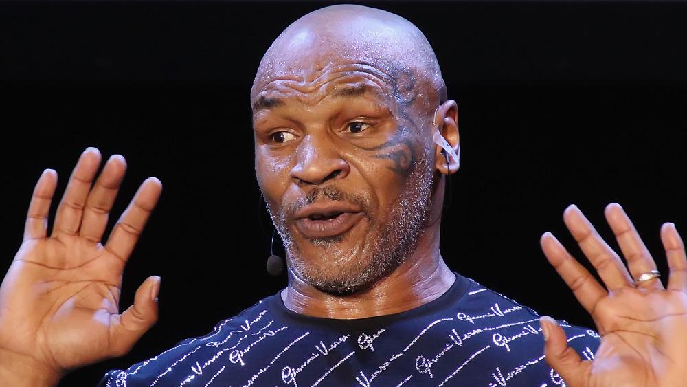 Mike Tyson realiza un espectáculo de un hombre