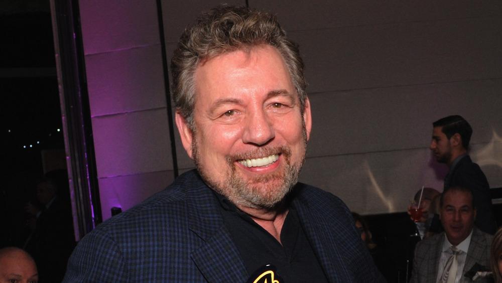 James Dolan sonriendo por un premio