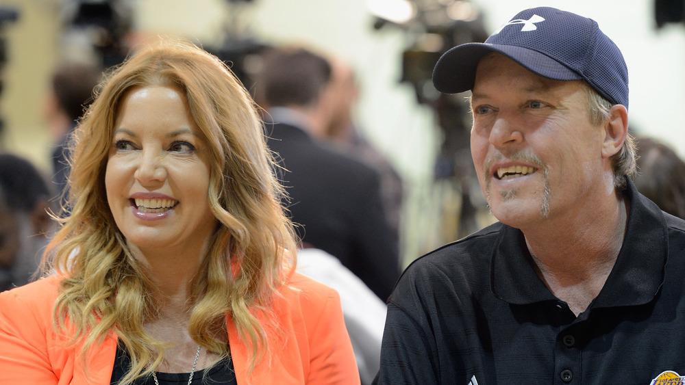 Jeanie Buss y Jim Buss en una conferencia de prensa