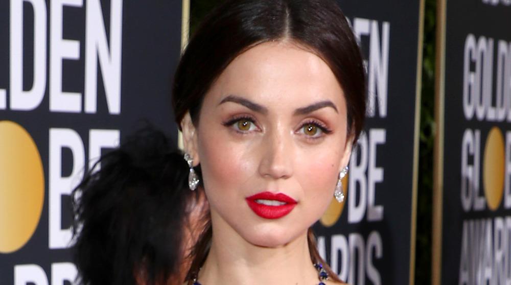 Ana de Armas usa lápiz labial rojo