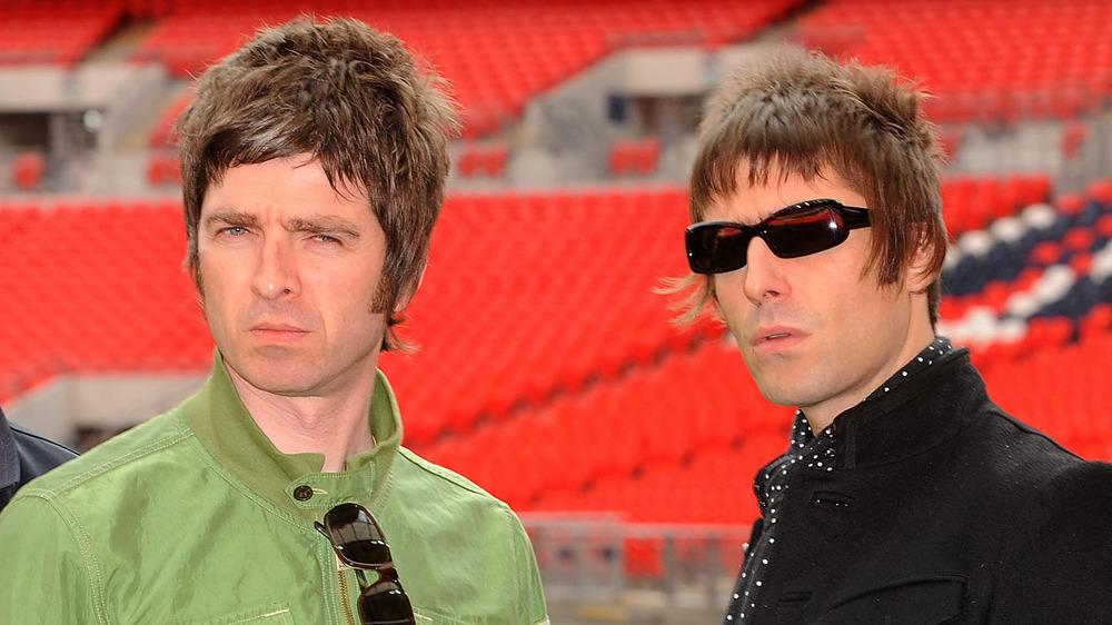 Noel Gallagher y Liam Gallagher posando