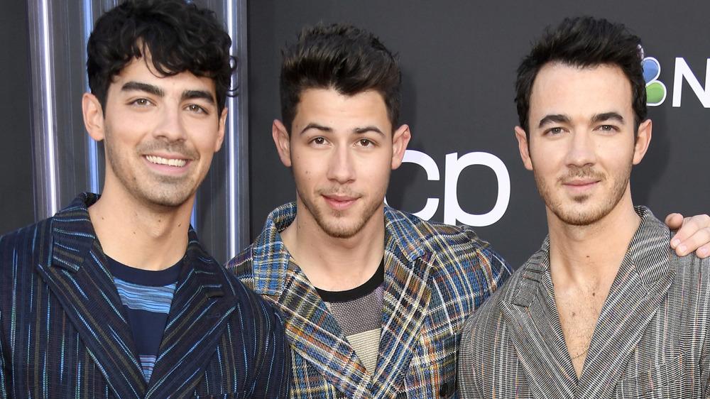 Joe Jonas, Nick Jonas y Kevin Jonas posando