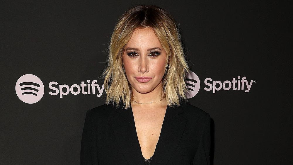 Ashley Tisdale viste de negro en un evento de Spotify