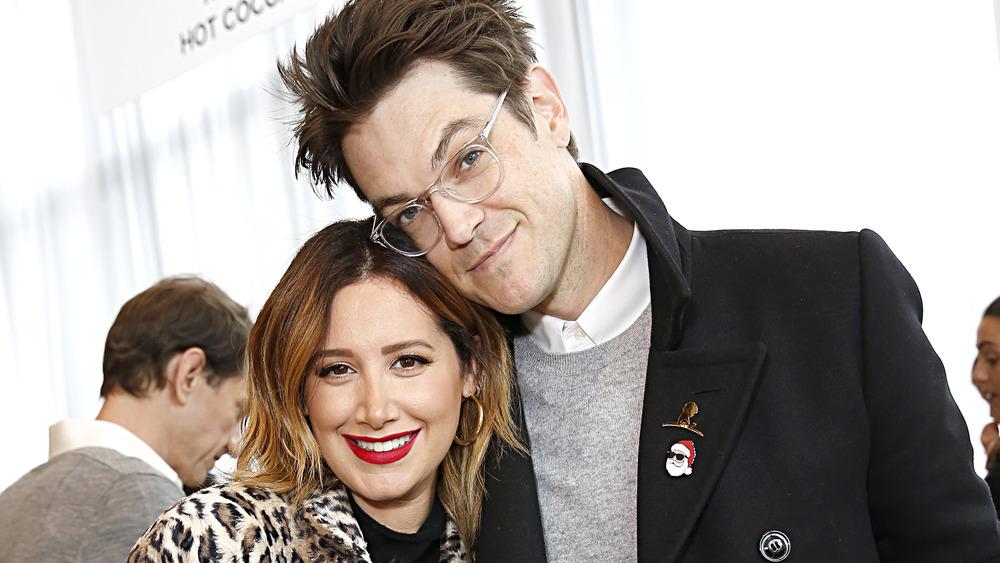 Ashley Tisdale con su esposo Christopher French