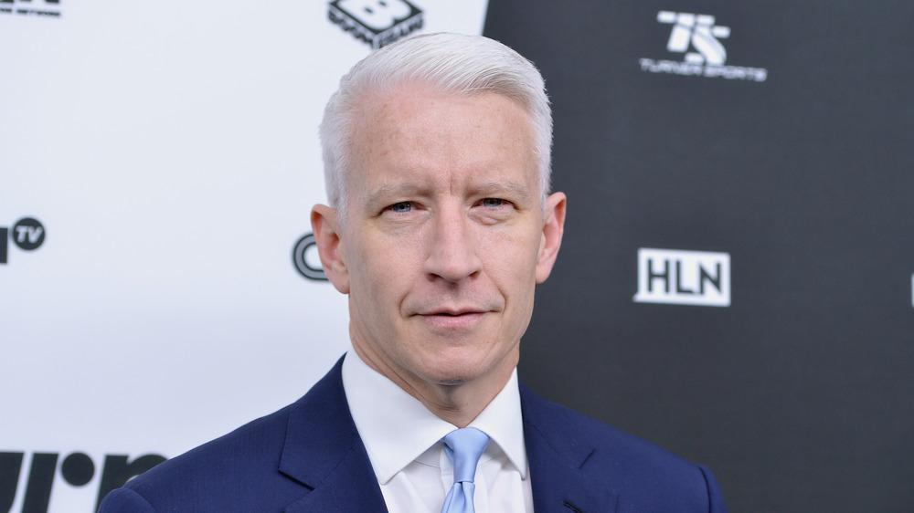 Anderson Cooper posando para las cámaras