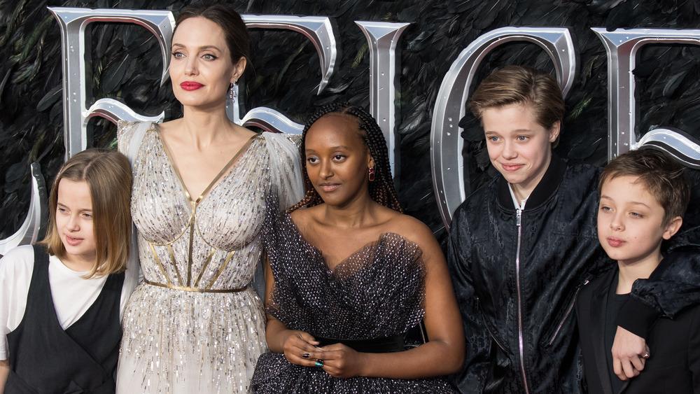 Angelina Jolie en una alfombra roja con sus hijos