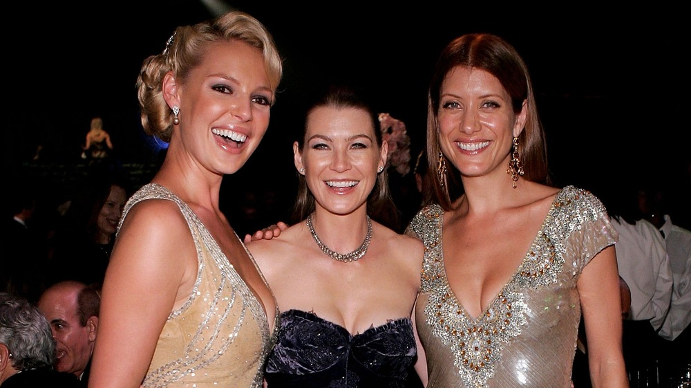 Katherine Heigl, Ellen Pompeo y Kate Walsh sonriendo para la cámara en un evento