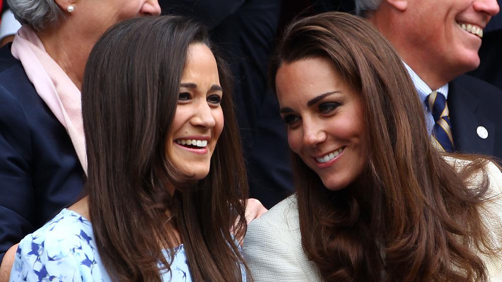 Pippa Middleton y Kate Middleton sonriendo juntas