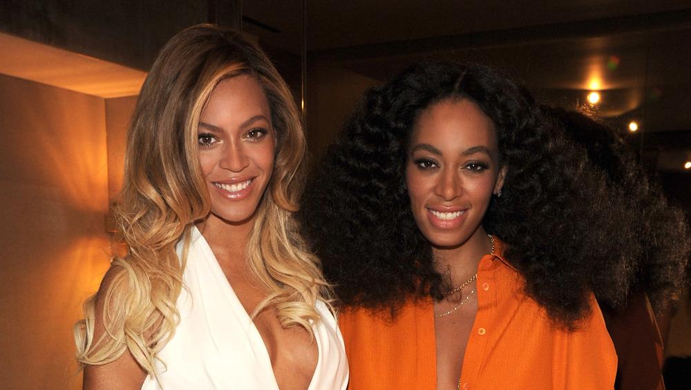 Beyonce y Solange Knowles en el evento