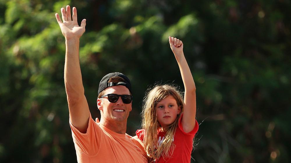 Tom Brady saluda a su hija Vivian en el desfile del Super Bowl