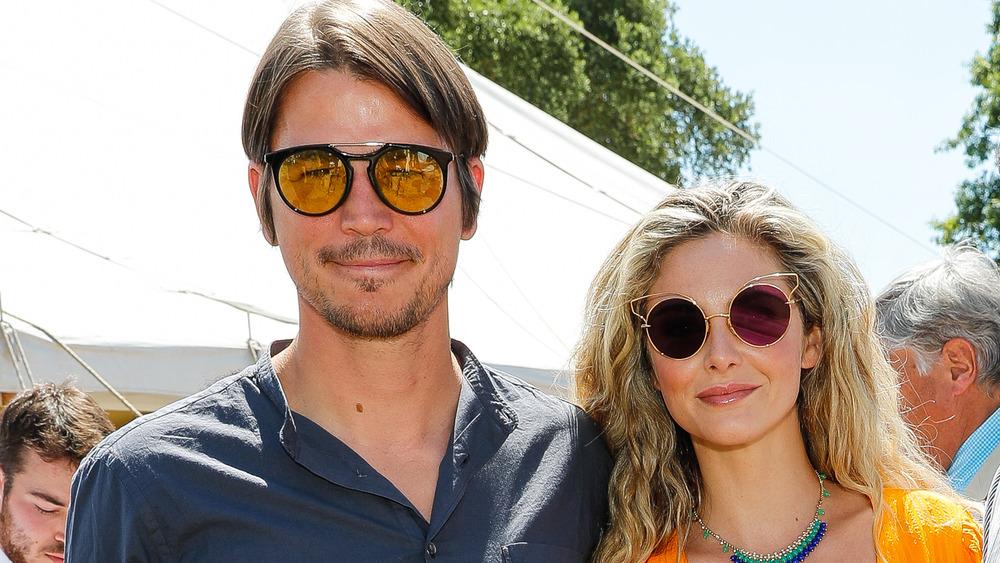 Josh Hartnett y Tamsin Egerton, ambos con gafas de sol puestas