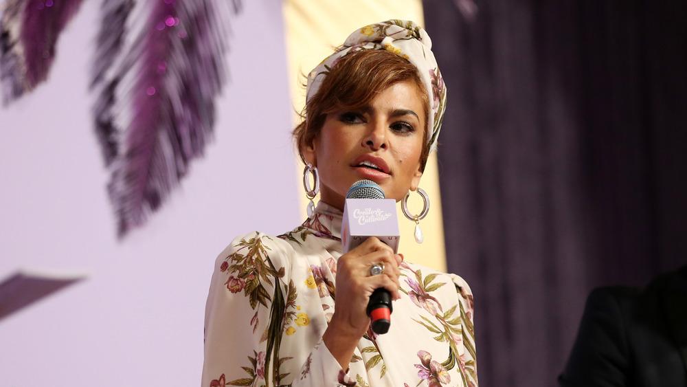 Eva Mendes hablando en un evento