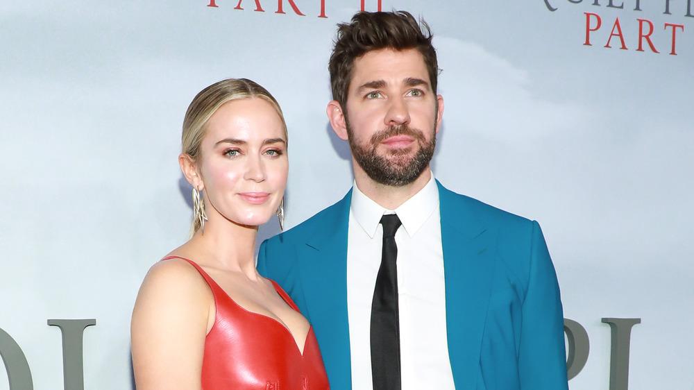 John Krasinski y su esposa Emily Blunt posando juntos en la alfombra roja